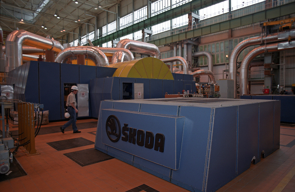 Temelin/Tschechische Republik, Tschechien, CZE, 25.06.2004: Ein Mitarbeiter des Atomkraftwerks Temelin in einem der Dampfturbinenräume. Im Sekundärkreislauf wird die Wärmeenergie des Dampfes in elektrische Energie umgewandelt. Das Kernkraftwerk steht 24 Km von der Stadt Ceske Budejovice entfernt.<br /> <br /> Temelin/Czech Republic, CZE, 25.06.2004: Employee of the Nuclear Power Station Temelin in the hall with one of the steam turbines. The Nuclear Power Plant Temelin is located, approximately 24 km from the town of Ceske Budejovice.