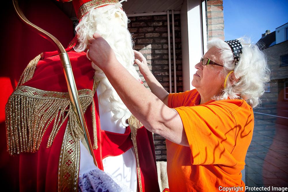 369207-Gusta Van Der Spiegel, 70jaar en nog steeds uitbaatster van de goeddraaiende karnavalwinkel Augustijnen in Berlaar