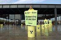 16 OCT 2002, BERLIN/GERMANY:<br /> Greenpeace demonstranten protestieren gegen Kernkraft, vor der Neuen Nationalgalarie in der der Koalitionsvertrag zwischen SPD und Buendnis 90 / Die Gruenen unterzeichnet werden soll<br /> IMAGE: 20021016-01-001<br /> KEYWORDS: Atomenergie, Kernenergie, Demo, Demonstrant, demonstrator, Umweltschutz, Atomausstieg