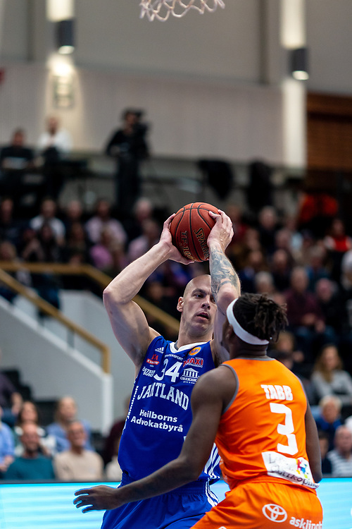 ÖSTERSUND 20211007<br /> Jämtlands RT Guinn i kamp med Norrköpings Brandon Tabb under torsdagens match i basketligan mellan Jämtland Basket och Norrköping Dolphins.<br /> Foto: Per Danielsson / Projekt.P