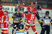 Ishockey, Trondheim 04.12.03,<br />TIK – Stjernen 4-3, Inge Stokvik, TIK, og Dale Jago    får ut litt frustrasjon<br /><br />Foto: Carl-Erik Eriksson, Digitalsport