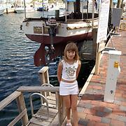 """Vakantie Miami Amerika, Linda Janssen bij de beroemde boot de """"African Queen"""" uit de film met Humphrey Bogart in de haven van Key Largo Florida"""