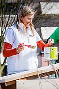 Koning Willem-Alexander en koningin Maxima aan het werk in Buurttuin Breda. Het koningspaar stak de handen uit de mouwen in het kader van NLDoet, de grootste vrijwilligersactie van Nederland.<br /> <br /> King Willem-Alexander and Queen Maxima to work in Area Garden Breda. The royal couple put up their sleeves under NLDoet, the largest voluntary action in the Netherlands.