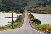Divisa Nova_MG, Brasil...BR 491 proxima a represa de Furnas em Divisa Nova...The BR 491 next to a Furnas dam in Divisa Nova...Foto: LEO DRUMOND / NITRO