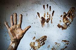 Particolare delle mani dopo il lavoro al tornio