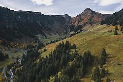 THEMENBILD - Berge und Landschaft in herbstlichen Farben, aufgenommen am 13. Oktober 2019 in Hinterglemm, Oesterreich // Mountains and landscape in autumnal colours in Hinterglemm, Austria on 2019/10/13. EXPA Pictures © 2019, PhotoCredit: EXPA/ JFK