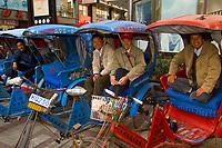 Motordriven rickshaw drivers, Suzhou, China