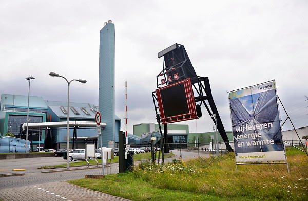 Nederland, Hengelo 17-7-2012Twee Kilometer lange stoompijp van afvalverwerker twence naar akzo nobel Nederland, Via die pijp levert de afvalverwerkingscentrale Twence afvalwarmte aan AkzoNobel. Het ministerie van EZ heeft 1,5 miljoen euro bijgedragen aan de realisatie.Foto: Flip Franssen/Hollandse Hoogte