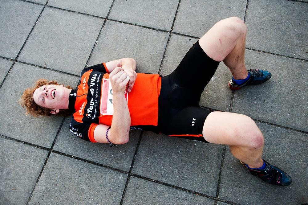 Een koerier is uitgeput na de race. In Nieuwegein wordt het NK Fietskoerieren gehouden. Fietskoeriers uit Nederland strijden om de titel door op een parcours het snelst zoveel mogelijk stempels te halen en lading weg te brengen. Daarbij moeten ze een slimme route kiezen.<br /> <br /> A messenger is tired after the races. In Nieuwegein bike messengers battle for the Open Dutch Bicycle Messenger Championship.