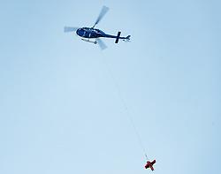 """THEMENBILD - Notarzthelikopter """"Martin 4"""" bei Seil Bergung eines verunfallten Ski Sportlers im bewaldeten Skigebiet. Aufgenommen am 12. März 2017 in Kals // Emergency medical helper """"Martin 4"""" during rope recovery of an injured ski sportsman in the wooded ski resort. Kals, Austria on 2017/03/12. EXPA Pictures © 2017, PhotoCredit: EXPA/ Johann Groder"""