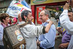 """O candidato a governador do estado pela coligação  """"Rio Grande Merece Mais"""", Vieira da Cunha, durante caminhada no calçadão de Santa Maria. FOTO: Jefferson Bernardes/ Agência Preview"""