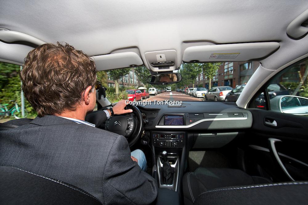 Paul (echte naam is Peter Bronsveld MAAR MAG NIET WORDEN VERMELD IN ARTIKEL) rijdt als Uber-taxi chauffeur. Foto Ton Koene.