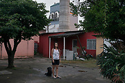 Angela, vecina de la fábrica. Su casa está prácticamente dentro de la fábrica.