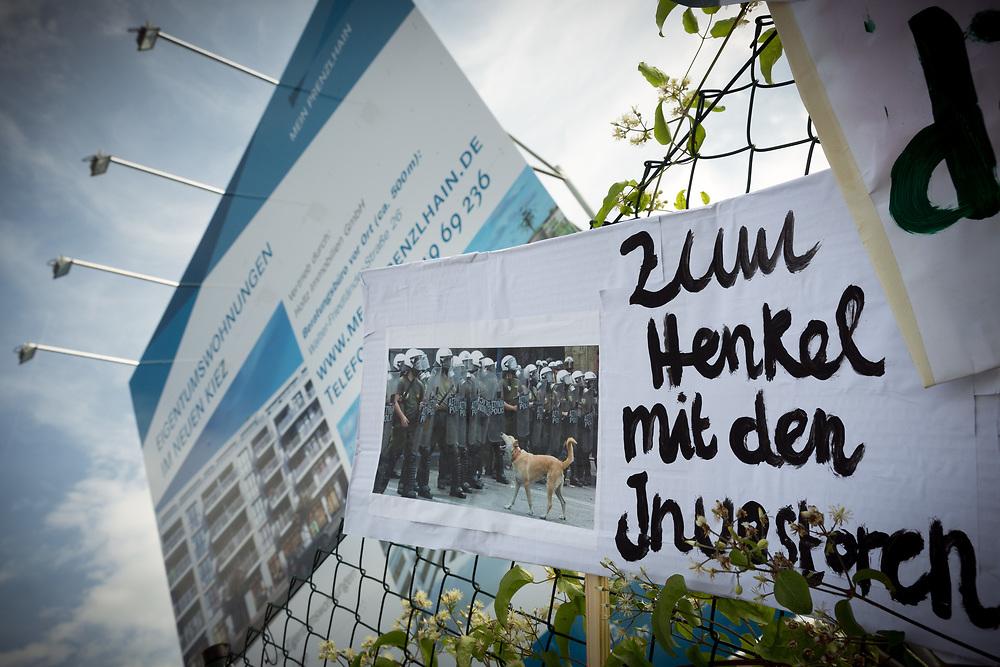 Hundehalter und Anwohner protestieren in Berlin Friedrichshain und Prenzlauer Berg gegen die Bebauung einer Brachfläche in der Hermann-Blankenstein-Straße. Die Freifläche wurde bisher von Anwohnern des umliegenden Kiezes als Hundeauslauffläche und Park zum Grillen und Sonnen genutzt. Der Verein Hundefreunde kritisiert, dass in immer mehr Grünanlagen das Mitführen von Hunden verboten wird und gleichzeitig immer mehr Auslaufflächen bebaut werden. Schild: Zum Henkel mit den Investoren. <br /> <br /> [© Christian Mang - Veroeffentlichung nur gg. Honorar (zzgl. MwSt.), Urhebervermerk und Beleg. Nur für redaktionelle Nutzung - Publication only with licence fee payment, copyright notice and voucher copy. For editorial use only - No model release. No property release. Kontakt: mail@christianmang.com.]