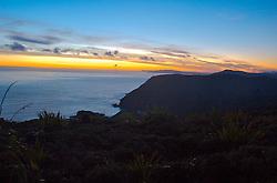 O extremo norte da Nova Zelândia proporciona paisagens únicas. Quase que em sua totalidade inabitado, a região atrai aventureiros de todas as partes. O sol nascendo ao longe no Oceano Pacífico contrasta com as montanhas. FOTO: Lucas Uebel/Preview.com