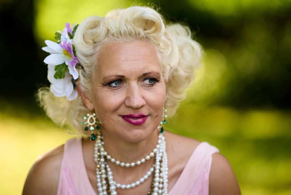 2021-06-30 INGELSTRÄDE<br /> Tid: 19:09<br /> Gunhild Carling fortsatte sin europaturné med en spelning på Cirkusmuseet i Ingelsträde.<br /> <br /> Porträtt Gunhild Carling<br /> <br />  ***betalbild***<br /> <br /> Foto: Peo Möller<br /> <br /> Båstad, Gunhild Carling, Carling Family, konsert, musiker, artist, scen, utomhus, sommarkonsert, europaturné, porträtt, Gunhild Carling
