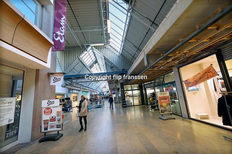 Nederland, Nijmegen, 25-11-2019Winkelcentrum Dukenburg. Dieze shoppinbg maal heeft het moeilijk vanwege de moeilijke ligging en de problemen die de detailhandel heeft met de internet, online, winkels . Veel winkelruimte staat leeg en er komt weinig publiek.Foto: Flip Franssen