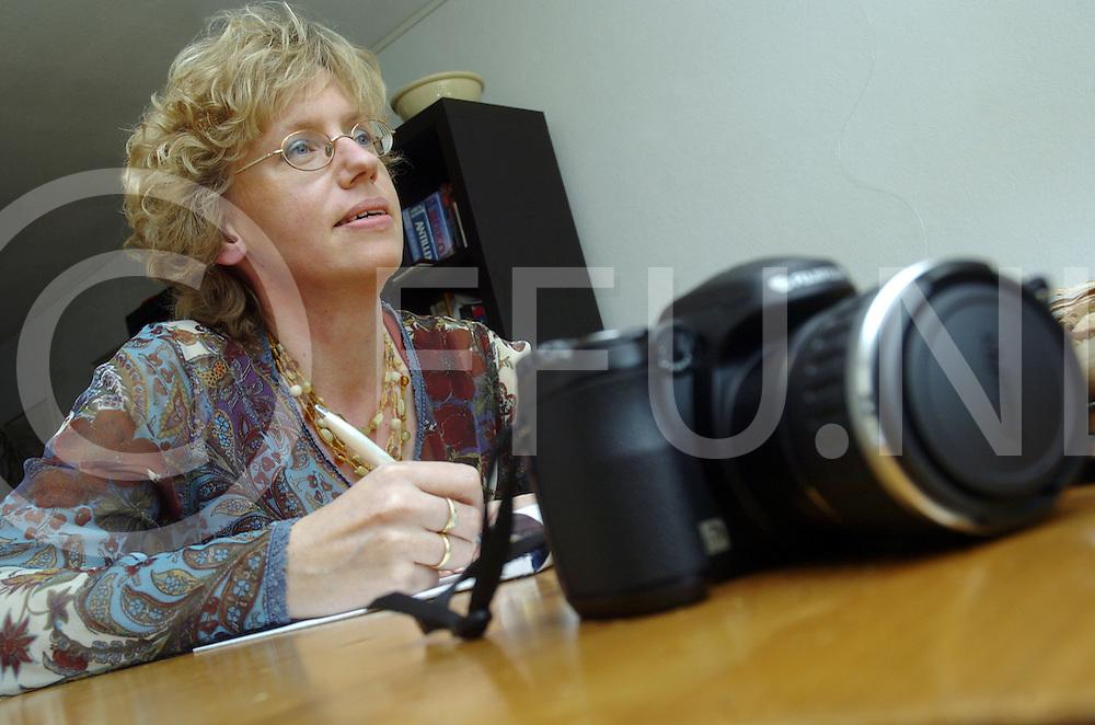 070328 ommen ned..Serie 12 ambachten...Jacqueline Tuinbeek werkt sinds 12 jaar bij Nieuwstv Ommen. Zij intervieuwt mensen voor haar werk en maakt daar regelmatig een foto bij...fotografie frank uijlenbroek©2007 michiel van de velde..