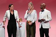 Sport Allgemein: Hamburger Sportgala 2017, Hamburg, 13.12.2017<br /> Mannschaft des Jahres (v.l.) : Kira Walkenhorst und Laura Ludwig (Beachvolleyball) und Moderator Yared Dibaba<br /> © Torsten Helmke