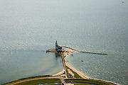 Nederland, Noord-Holland, Marken, 14-07-2008; vuurtoren van het (voormalig) eiland Marken, de vuurtoren heeft de bijnaam  Paard van Marken; het omliggende water is het Markermeer (IJsselmeer, Zuiderzee); visserij vormde bron van inkomsten voor bewoners, tegenwoordig toerisme; toeristische attractie, buurtschap, dorp, toerisme, klederdracht; ; schiereiland, verbinding, isolatie, geisoleerd, water, vis, vissen, Waterland. .luchtfoto (toeslag); aerial photo (additional fee required); .foto Siebe Swart / photo Siebe Swart