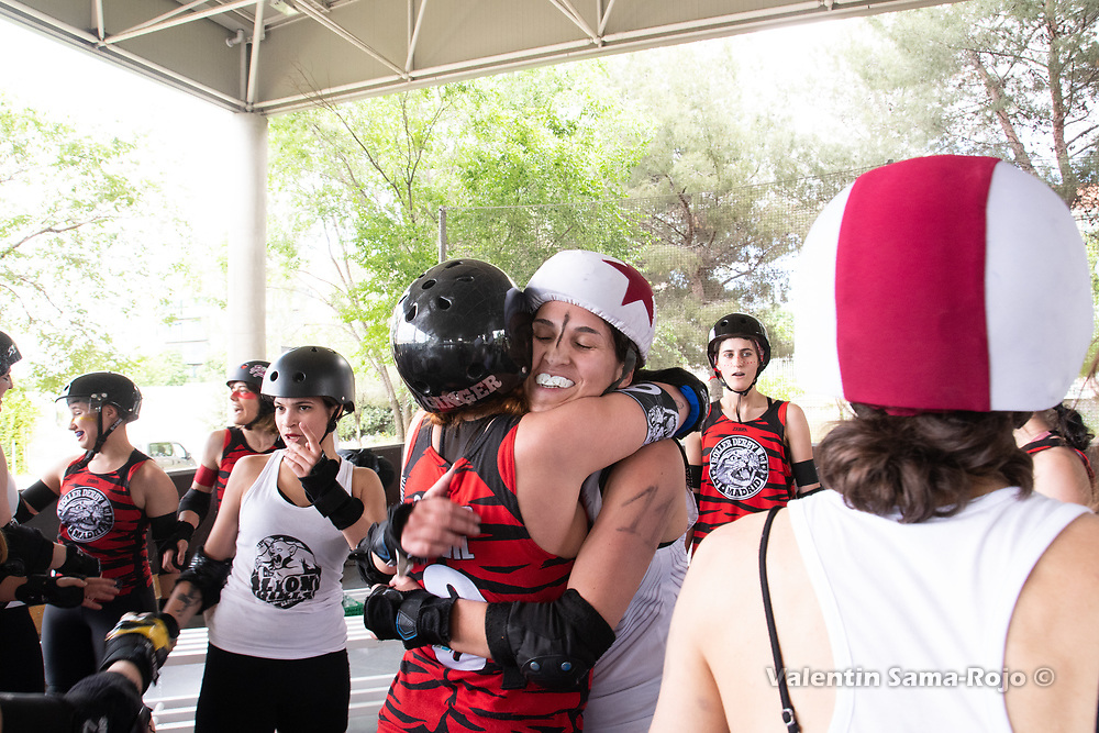 Madrid, Spain. 26th May, 2018. Players of Roller Derby Madrid B (red) and players of West Team (white) hugging eachothers at the end of the game. © Valentin Sama-Rojo