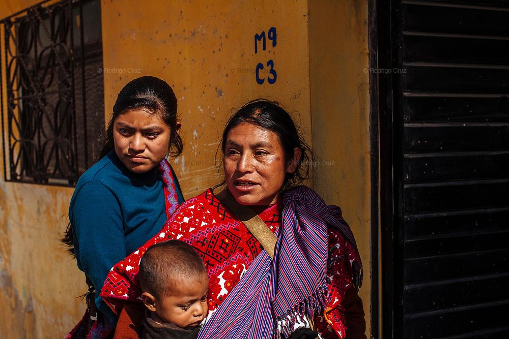 Mujeres durante el carnaval de Tenejapa, Chiapas. Las mujeres se encargan de presentar a sus esposos o hijos que quieren participar en el carnaval y los bendicen para que todo salga bien.