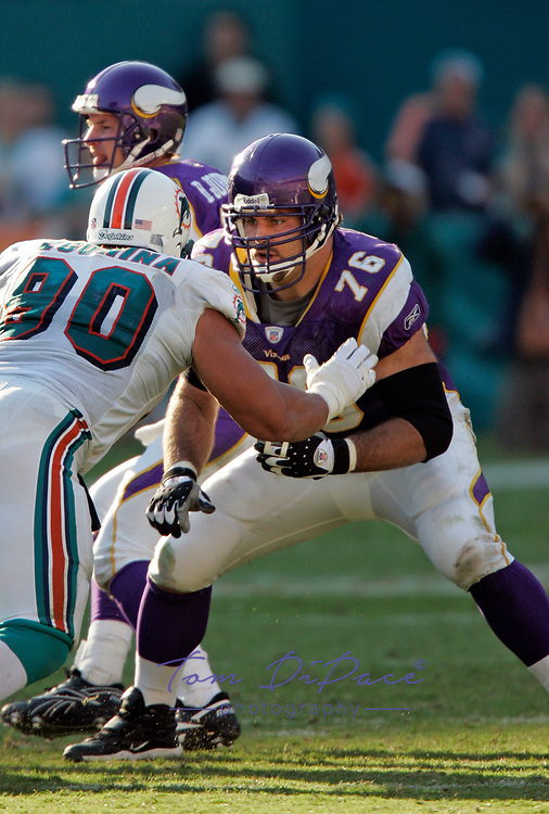 Minnesota Vikings Steve Hutchinson plays in a game against the Miami Dolphins.<br /> <br /> (Tom DiPace)