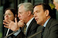 11.01.1999, Deutschland/Bonn:<br /> Gerhard Schröder, Bundeskanzler, und im Hintergrund: Jacques Santer, Präsident der Europäischen Kommission, während der Pressekonferenz zur gemeinsamen Sitzung von Bundeskabinett und Europäischer Kommission, Informationssaal, Bundeskanzleramt, Bonn<br /> IMAGE: 19990111-04/01-25<br /> KEYWORDS: Gerhard Schroeder