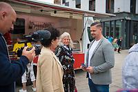 DEU, Deutschland, Germany, Eberswalde, 10.08.2021: Der uckermärkische Bundestagskandidat Hannes Gnauck (AfD), Oberfeldwebel bei der Bundeswehr, spricht beim Straßenwahlkampf auf dem Marktplatz mit Bürgern.