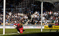 Fotball<br /> England 2004/2005<br /> Foto: SBI/Digitalsport<br /> NORWAY ONLY<br /> <br /> Derby County v Preston North End.<br /> Coca Cola Championship. 08/05/2005<br /> <br /> Preston's keeper Carlo Nash is fooled by Ingo Idiakez's quickly taken free kick to give them a 1-0 lead.