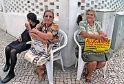 Portugal, Nazare, 5-9-2014In deze badplaats bieden vrouwen kamers te huur aan. Niet noodzakelijkerwijs uit armoede, maar vaak als extra inkomen. Appartementen, pension, slapen, toerisme. prijzen, vakantie, prijspeil, goedkoop.Foto: Flip Franssen