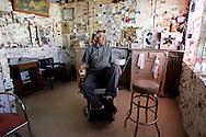 VS-20050913-SELIGMAN: Kapper Angel Delgadillo in zijn kapperszaak aan de beroemde Route 66. Mede dankzij Angel Delgadillo is Route 66 een beroemde historische route geworden. ANP FOTO/ COPYRIGHT GERRIT DE HEUS