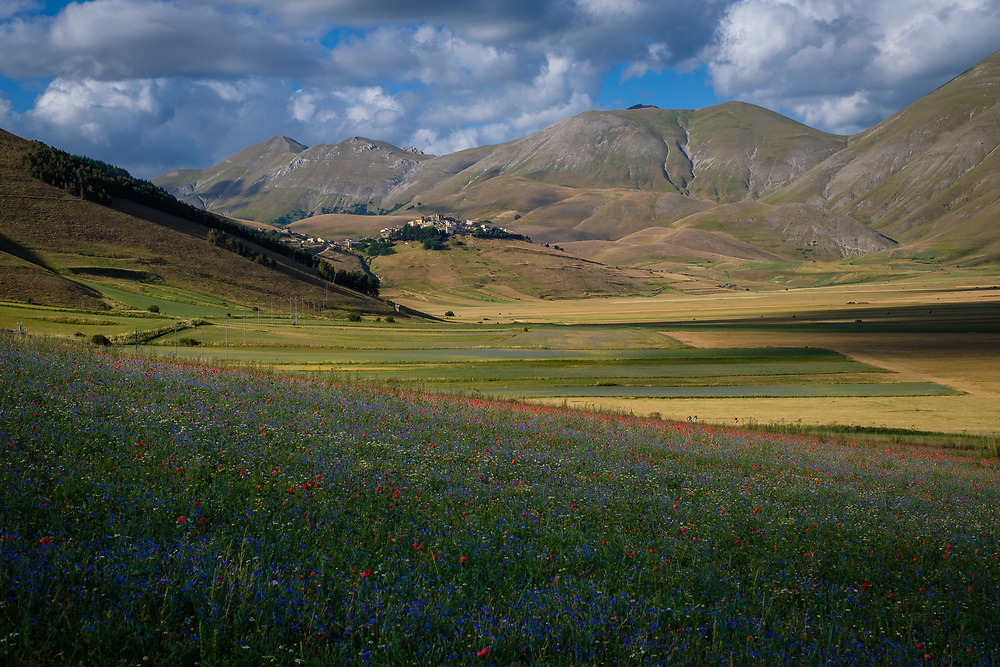 Pian Grande di Castelluccio, on the border between Umbria and Marche and within the National Park of the Sibillini Mountains, is the essence of the Italian landscape, where nature and man have coexisted for centuries and together create an unforgettable spectacle