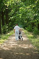 LOCHEM - Tinus Allee . Een golfer loopt naar de volgende hole,  Lochemse Golf- & Countryclub 'De Graafschap. COPYRIGHT KOEN SUYK