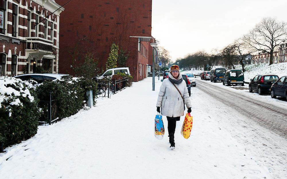 Nederland, Amsterdam, 18 jan 2013.Ringdijk, straat in Amsterdam oost..Stadsbeeld met sneeuw.Foto(c): Michiel Wijnbergh