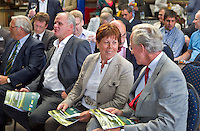 ZANDVOORT - Presentatie Manual Golfbaanonderhoud. Woensdag 22 september is het zover. De eerste exemplaren van de Manual Golfbaanonderhoud worden dan uitgereikt aan de voorzitter van de Nederlandse Vereniging van Golfaccommodaties, Jacqueline Lambrechtse , aan Ronald Pfeiffer, de President van de Nederlandse Golf Federatie, aan John van Hoesen, de voorzitter van de Nederlandse Greenkeepers Associatie en aan Master Greenkeeper Laurence Pithie, wiens werk de basis vormde voor de Nederlandse uitgave. De manual werd aangeboden door Pieter Aalders, manager van de Kennemer GC. COPYRIGHT KOEN SUYK