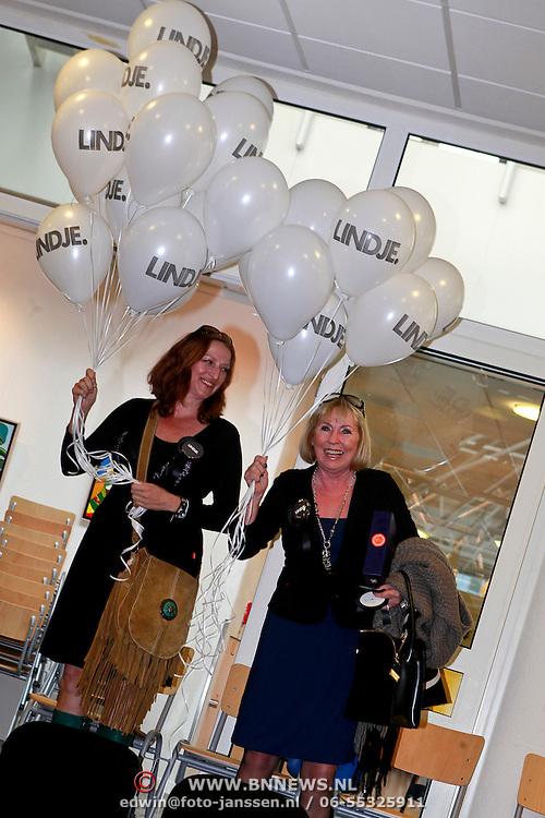 NLD/Huizen/20110429 - Lintjesregen 2011, balonnen voor Linda de Mol, Mireille Bekooy