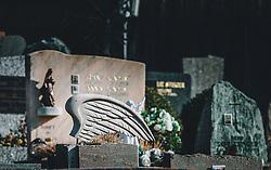 THEMENBILD - ein Grabstein mit Engelsflügel auf einem Friedhof, aufgenommen am 10. April 2020 in Kaprun, Oesterreich // a spire in front of the Kitzsteinhorn, which is still covered with snow in spring in Kaprun, Austria on 2020/04/10. EXPA Pictures © 2020, PhotoCredit: EXPA/Stefanie Oberhauser