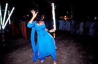 Pakistan - Hijra, les demi-femmes du Pakistan - Hijra qui danse dans un enclos à proximité de la tombe du saint soufi Baba Masta Wali Sarkar au punjab //Pakistan. Punjab province. Hijra, the half woman of Pakistan