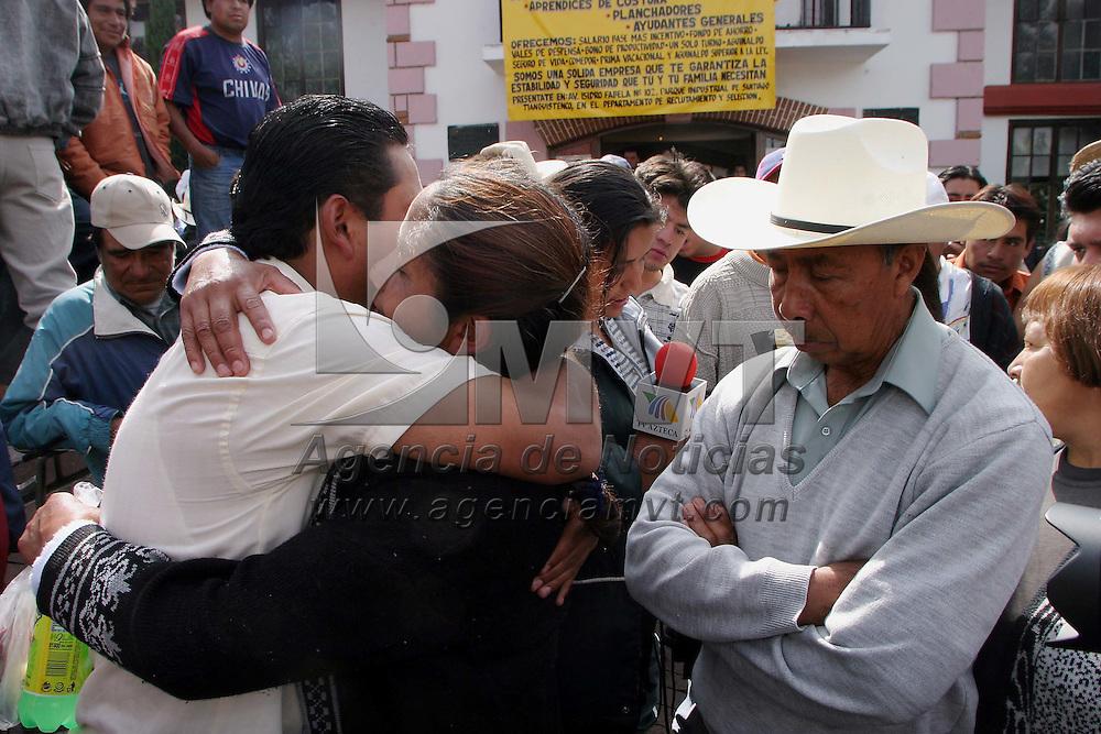 Xalatlaco, Méx.- Alfonso Jimenez, lider del comite de vigilancia de bienes comunales de Xalatlaco abraza a Josefina Zamorano quien fue liberada durante la madrugada despues de quedar retenida durante el enfrentamiento del dia de ayer con granaderos de la PFP y de la policia capitalina. Agencia MVT / Mario Vazquez de la Torre. (DIGITAL)<br /> <br /> NO ARCHIVAR - NO ARCHIVE