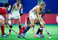 BOOM -  Maartje Paumen aan de bal tijdens de halve finale van het EK hockey tussen de vrouwen van Nederland en Engeland. ANP KOEN SUYK