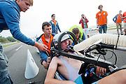 Teleurstelling bij het team na de mislukte recordpoging van Rik Houwers (links). Hij zou het niet halen onder andere door de weersomstandigheden. In Duitsland probeert het Human Power Team Delft en Amsterdam (HPT), dat bestaat uit studenten van de TU Delft en de VU Amsterdam, het uurrecord te verbreken op de Dekrabaan met de VeloX4. Dat staat momenteel op 90,4 km. In september wil het HPT daarna een poging doen het wereldrecord snelfietsen te verbreken, dat nu op 133 km/h staat tijdens de World Human Powered Speed Challenge.<br /> <br /> Rider Rik Houwers at his attempt to set a new hour record. He wouldn't make it, partially because of the weather. The Human Power Team Delft and Amsterdam, consisting of students of the TU Delft and the VU Amsterdam, tries to set a new hour record on a bicycle with the special recumbent bike VeloX4. The current record is 90,4 km. They also wants to set a new world record cycling in September at the World Human Powered Speed Challenge. The current speed record is 133 km/h.