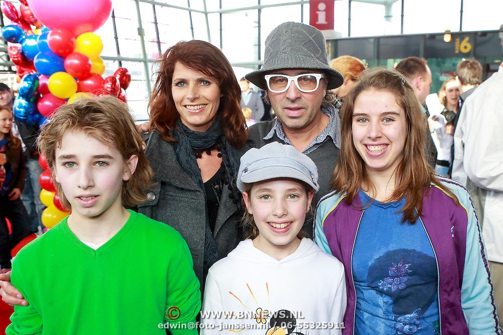 NLD/Rotterdam/20110401 - Premiere Disney on Ice 2011, Bart bosch en partner Mera Arendse met kinderen Steffie en Noah Djim