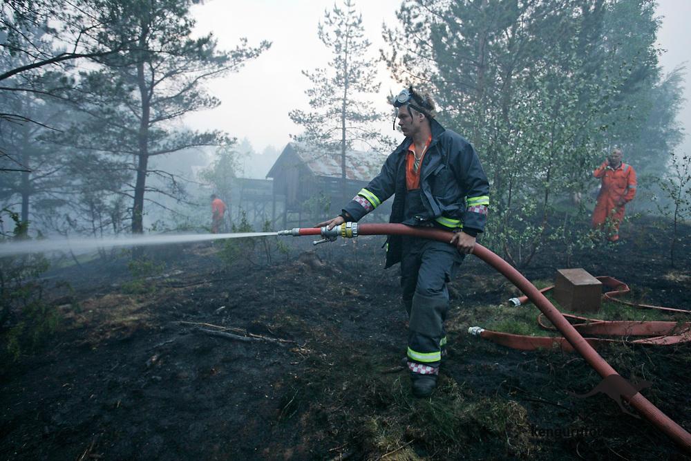 Froland 20080610: Skogbrannen i Froland spredte seg tirsdag tross mannskapenes iherdige innsats for å få brannen under kontroll.<br /> Foto: Tor Erik Schrøder / Scanpix