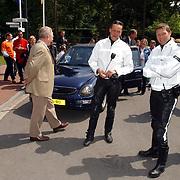NLD/Huizen/20050601 - Koninging Beatrix verricht de officiële opening nieuwe schoolgebouw Visio Huizen, motorrijders politie, auto Beatrix, Enno Steenbeek