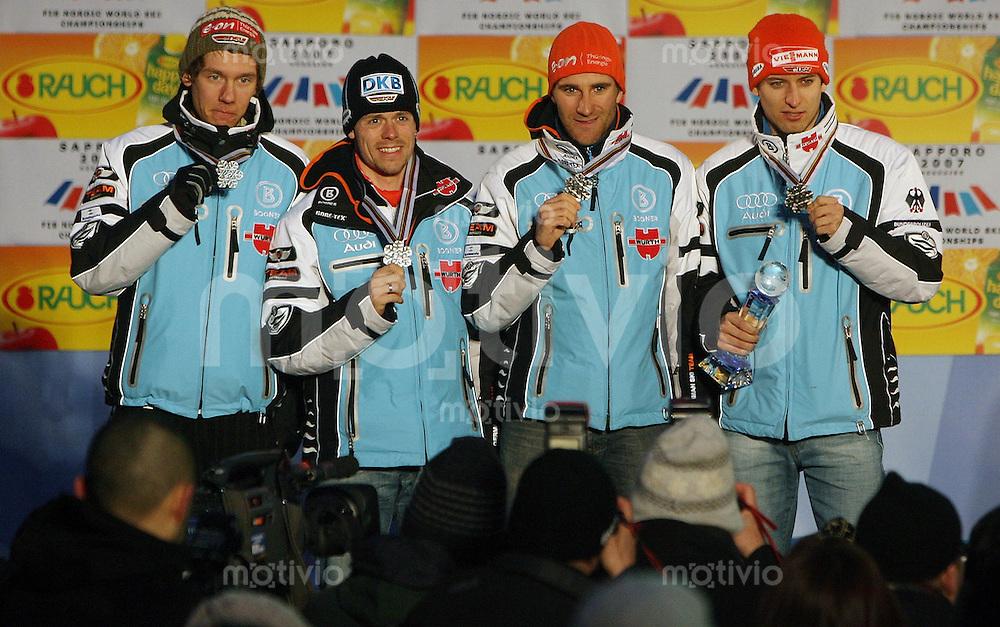 Sapporo , 260207 , Nordische Ski Weltmeisterschaft  Nordische Kombination Teamwettbewerb ,  Sebastian HASENEY , Bjoern KIRCHEISEN , Tino EDELMANN und Ronny ACKERMANN (alle GER) presentieren ihre Silbermedaile