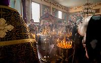 18.04.2014 Narew woj podlaskie Wielki Piatek obchodza wyznawcy prawoslawia, tego dnia wystawiana jest na srodku cerkwi Plaszczanica, czyli calun przedstawiajacy zlozenie Chrystusa do grobu N/z uroczysta procesja z Plaszczanica fot Michal Kosc / AGENCJA WSCHOD