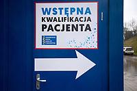 Bialystok, 12.03.2020. W zwiazku z zagrozeniem koronawirusem, od piatku (13.03) - do odwolania - Uniwersytecki Szpital Kliniczny w Bialymstoku wstrzymuje planowe zabiegi we wszystkich swoich klinikach i oddzialach N/z kontener i namiot do wstepnej kwlifikacji pacjentow ustawiony przed szpitalem, jest to jedyna droga do dostania sie do lekarza lub przyjecia na szpitalny oddzial fot Michal Kosc / AGENCJA WSCHOD