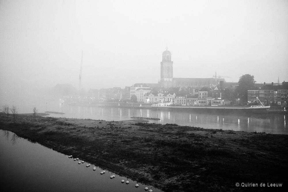 De skyline van Deventer bij mist