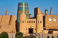 Ouzbekistan, Khiva, patrimoine mondial de l UNESCO, entree de la forteresse Ark et le Minaret innacheve Kalta Minar // Uzbekistan, Khiva, Unesco World Heritage, Ark fortress entrance and Kalta Minar